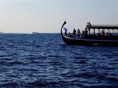 イルカを追うボート