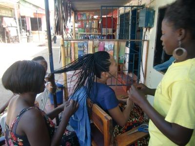髪を編む同期