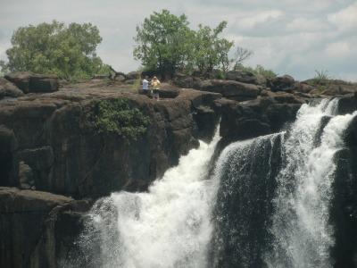 滝の上の人々1