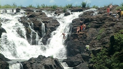 滝へジャンプ