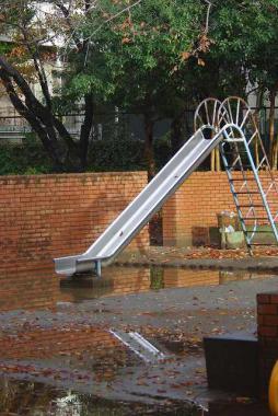 水の上の滑り台