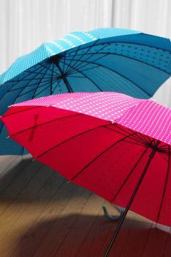 ピンクとブルーの傘
