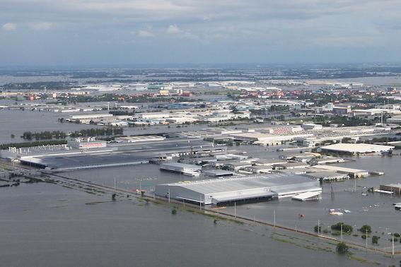 洪水で水没するタイの日本企業工場
