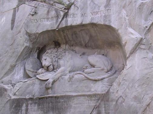 崖に瀕死のライオン