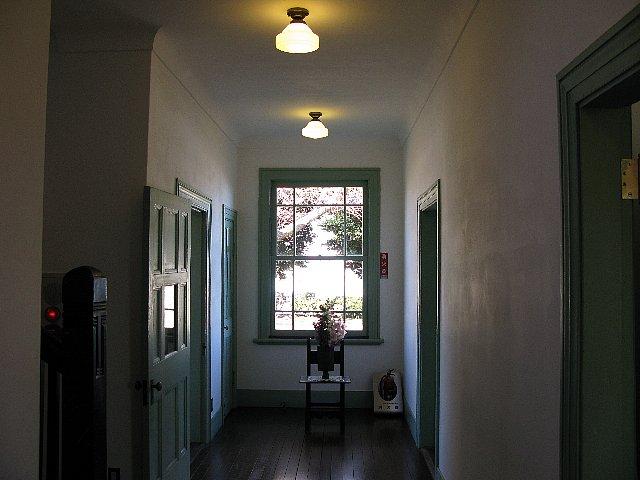 ブラフ18番館 廊下の先に窓