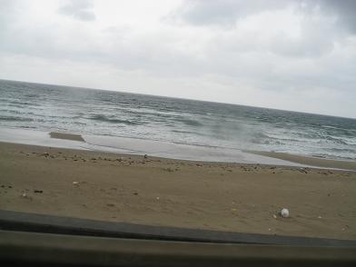 雨ぽつぽつで寒そうな海