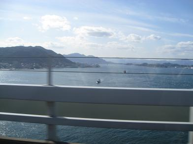 橋の上から見る関門海峡