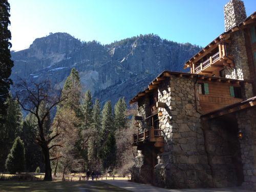 アワニーホテルと山