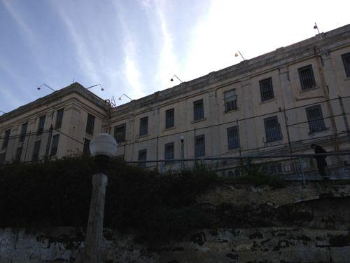 刑務所の建物を見上げる