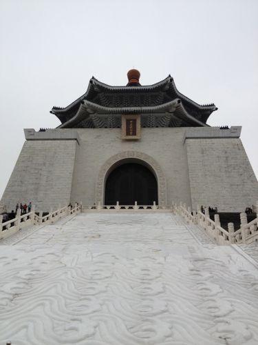 下から見上げた中正記念堂