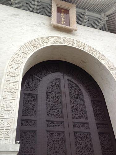 開門前の中正記念堂