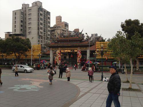 公園内から見る龍山寺