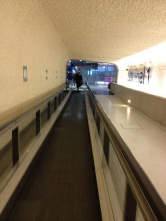 シャルル・ド・ゴール空港の長い通路
