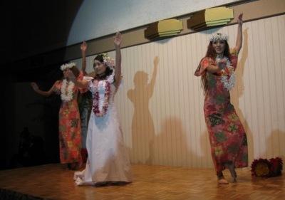 2曲目「ブルーハワイ」でフラダンス披露♪