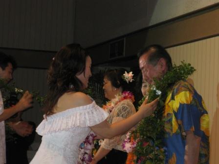 両家の両親へは花束でなく、生花のレイをプレゼント!
