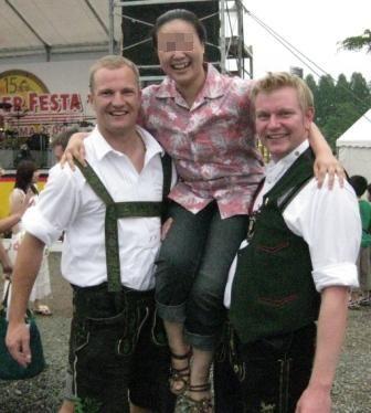 ドイツの音楽隊の方に軽々と担いでもらいました♪
