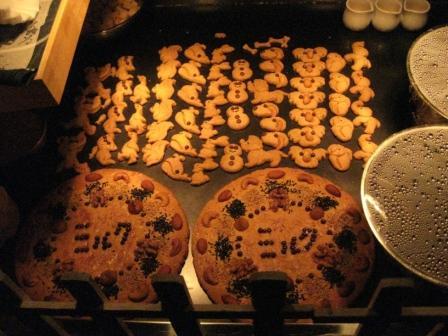 入り口を入るとすぐ右手でクッキー焼いてました♪
