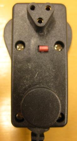 充電プラグには下の丸い部分が感熱センサーになっているのかな?