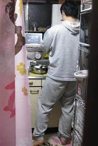 なにやらキッチンで作業中の相方