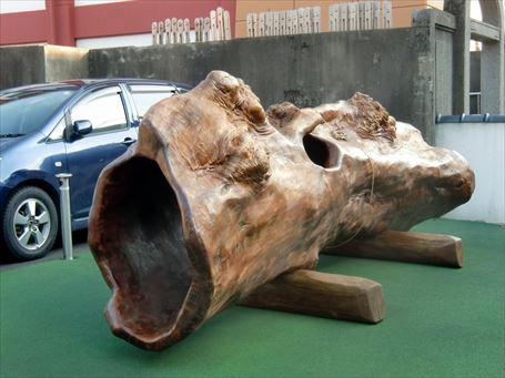 山谷の寺の駐車場に置かれた物体