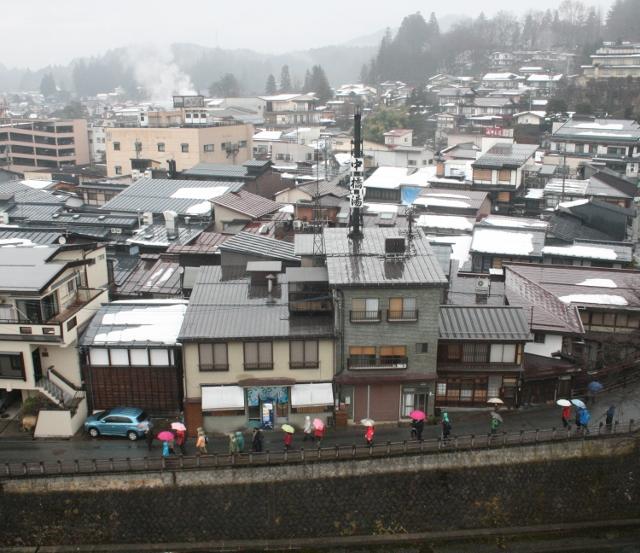 IMG_9469 雨中を行く団体さん(640x553)