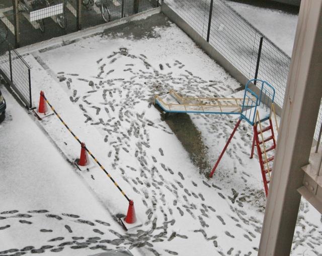 IMG_9539 滑り台の雪(640x510)