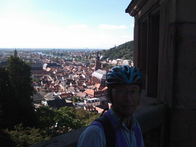 ハイデルベルグ城から街並みを見下ろす井原理事長