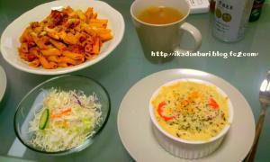 海老ときのこの豆乳グラタン、手作りミートソースペンネ、サラダ、コンソメスープ。