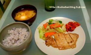 たまごの味噌汁、十六穀米、蒸し野菜、キムチ、豚肉の生姜焼き。
