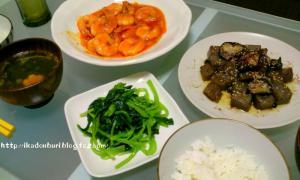 エビチリ、茄子と蒟蒻の豆鼓醤炒め、小松菜ナムル、中華スープ。