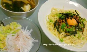 納豆パスタ、大根と白菜のサラダ、白身のおすまし