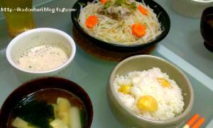 白葱のお吸い物、栗ご飯、もやしと豚肉のタジン鍋のごまだれ。