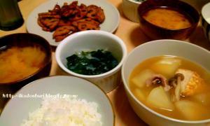 玉葱の味噌汁、いろいろ炊いたん、きんぴら蓮根、わかめと寒天の酢の物。