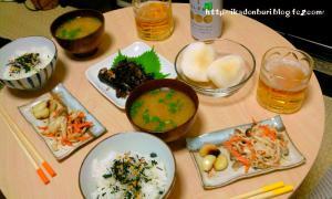 なめこの味噌汁、鯵の生姜煮、キノコサラダ、にんにくホイル焼き、梨、わさび茶漬け。