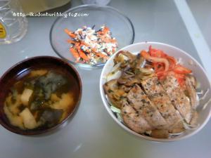 豚味噌丼、人参とひじきの白和え、ワカメの味噌汁。