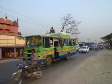 ダッカ市街地を走るバス