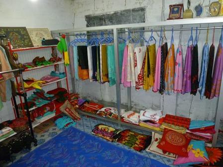 ナシマ工房が作った色とりどりの着物や布製品
