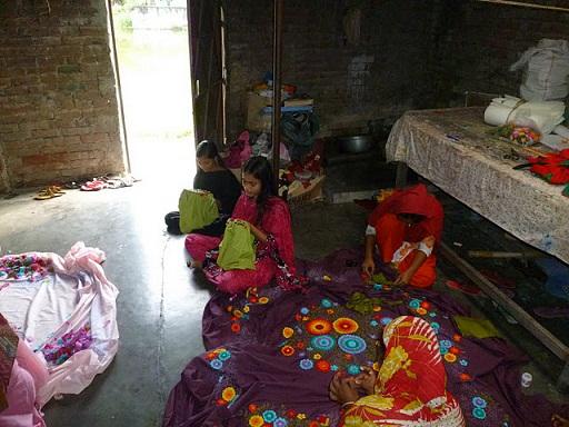 ナシマさんの工房で働く若い女性たち