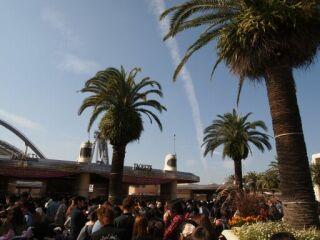 20111029USJ入場券売り場飛行機雲