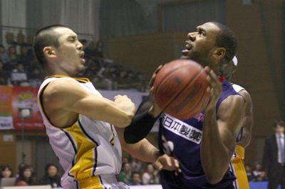 カルロス・ディクソン(右・#32)も試合を重ねる毎にチームへのフィット感を高めている。