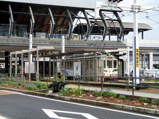 高知駅前の土佐電気鉄道の電停と路面電車