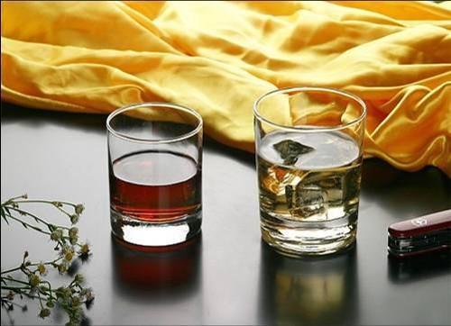 飲み会で相手に好かれているかどうかをグラスを使って簡単に見抜く方法