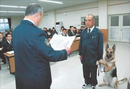 表彰を受ける警察犬がかわいすぎると話題に