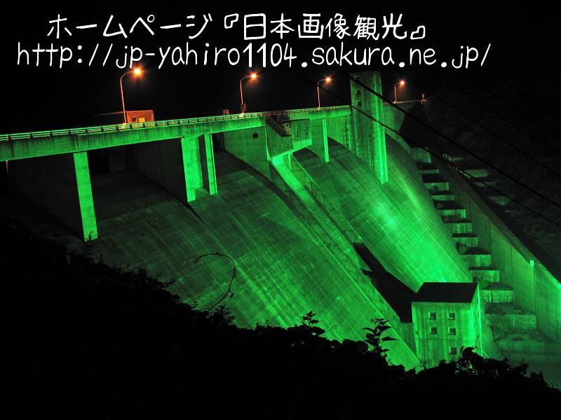 岩手・暗闇の中に浮かぶ綱取ダムライトアップ