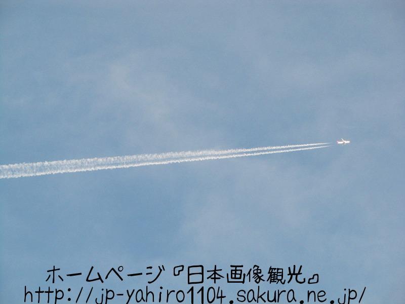 三重・鳥羽港に描かれた飛行機雲