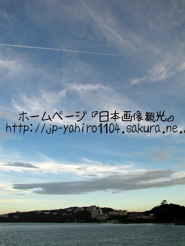 三重・夕暮れの鳥羽港と飛行機雲