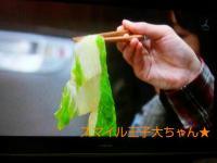 エンプラ隼人さん 右手で白菜をつかむ