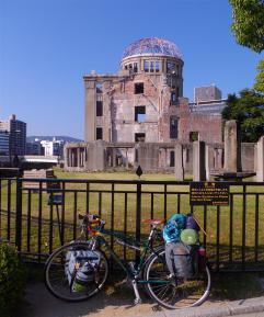 原爆ドームと自転車
