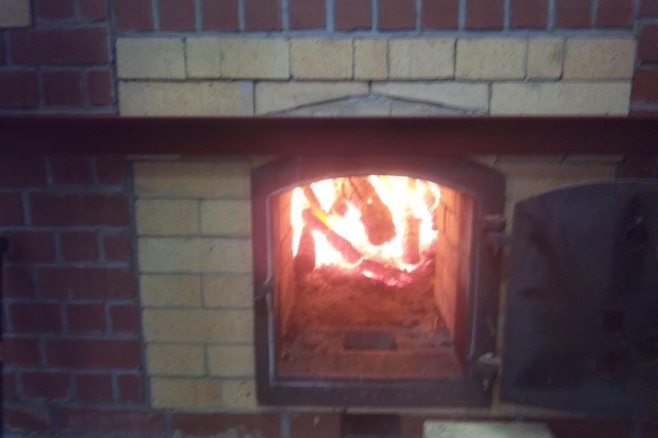 火は薪を使います