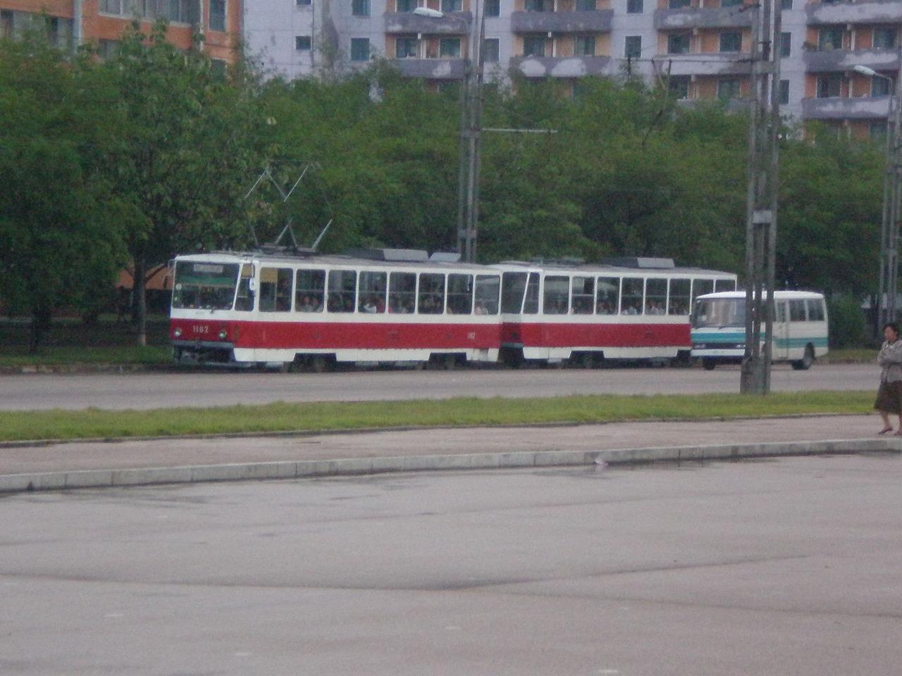 平壌市内を走る路面電車(他にも地下鉄が走っています)
